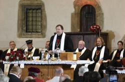 Současný patriarcha Tomáš Butta na bohoslužbě v Betlémské kapli