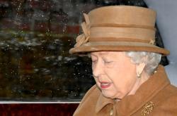 Královna Alžběta během cesty na nedělní mši v Sandringhamu