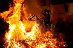 Koně skáčou přes oheň již 500 let