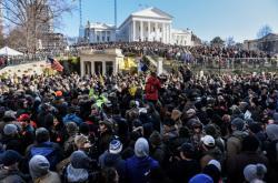 Tisíce zastánců držení zbraní před Kapitolem v Richmondu