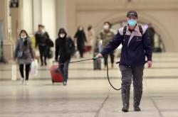 Aplikování dezinfekce na nádraží ve Wu-chanu. Ve městě se vyskytl nový koronavirus