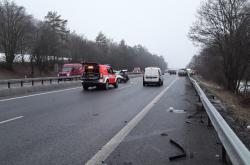 Nehoda na zledovatělé silnici u Omic