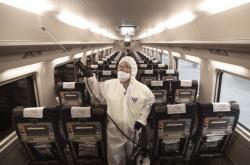 Jihokorejci čistí letadlo v obavě před koronavirem