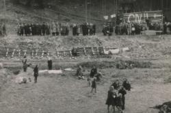 Lidé před vstupem do štol na jaře 1945