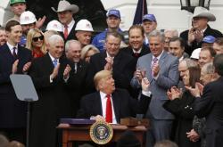 Americký prezident při podpisu smlouvy USMCA