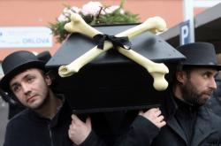 Pohřební průvod za ortopedické oddělení v Orlové