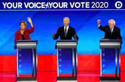 Elisabeth Warrenová, Joe Biden a Bernie Sanders během debaty