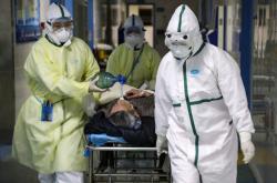 Lékaři v nemocnici ve Wu-chanu přijímají nemocného koronavirem
