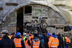 Stavbaři prorazili poslední desítky centimetrů zeminy v železničním tunelu Deboreč
