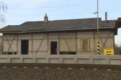 Chátrající nádražní budova v Úvalně