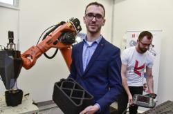 David Škaroupka ukazuje výrobek z 3D tiskárny