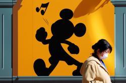 Žena s rouško v Disneyland v Tokiu