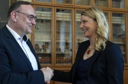 Ředitel firmy Siemens ČR Eduard Palíšek se zdraví s lékařkou Dagmar Myšíkovou. Ta byla oceněna za práci věnovanou protinádorové imunologii