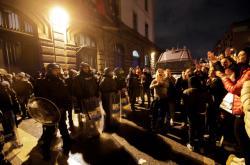 Policisté stráží neapolskou věznici, u které se shromáždili příbuzní vězňů