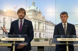 Předseda vlády Andre Babiš (vpravo) a ministr zdravotnictví Adam Vojtěch