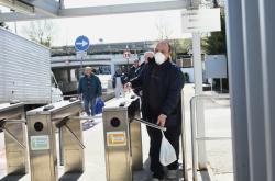 Pracovník firmy Fiat Chrysler Automobiles opouští továrnu Mirafiori (snímek je z 10. března)