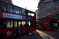 Téměř prázdné autobusy v Londýně