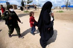 Bojovnice SDF se ženou bojovníka IS v syrské Hasace