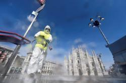 Pracovník čistí náměstí před milánským dómem