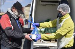 Lidé bez domova si v Brně přicházejí pro jídlo zdarma