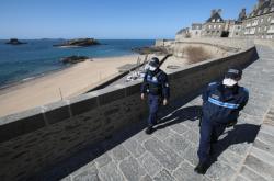 Francouzská policie hlídá lice vylidněného Saint-Malo v západní Francii. (pátek 3. dubna 2020)