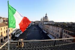 Italská vlajka nad římským náměstím Piazza Navona