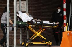 Převážení pacienta před britskou nemocnicí