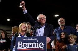 Bernie Sanders během březnového mítinku ve Vermontu