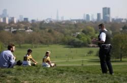 Policista domlouvá lidem v londýnském parku