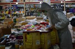 Pracovník v obchodě s ruskými potravinami v čínské provincii Chej-lung-ťiang