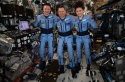 Trojice astronautů, která se vrátila na Zemi