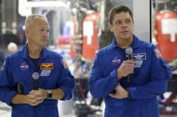 Američtí astronauti Bob Behnken (vpravo) a Doug Hurley