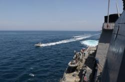 Íránské lodě u amerického plavidla v Perském zálivu
