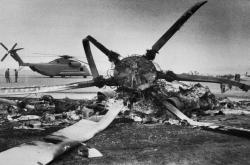Trosky zničených letounů a vrtulníků u Tabbasu v oblasti výsadku speciálního komanda USA