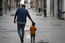 Chlapes se svým otcem na procházce ve španělském městě Ronda