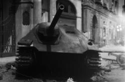 Zničený německý tank na Staroměstském náměstí