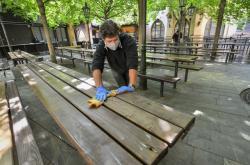 Personál pražského pivovaru připravuje zahradu na otevření