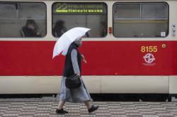 Žena s rouškou prochází centrem Prahy