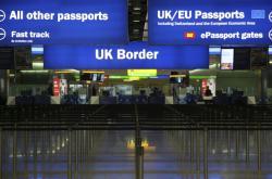 Hraniční kontrola na londýnském letišti Heathrow