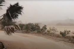 Prudký vichr zvedl během bouře oblaka prachu