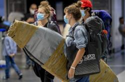 Mladí lidé, kteří byli před dvěma měsíci uvězněni kvůli koronaviru v Panamě, dorazili ve středu se svými surfovacími prkny na letiště ve Frankfurtu nad Mohanem.