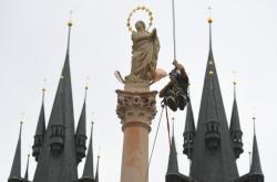 Po 112 letech na Staroměstské náměstí vrátil Mariánský sloup