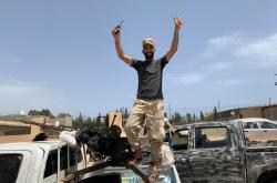 Voják Sarrádžovy GNA se raduje z vítězství