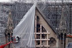 Z Notre Dame začínají po ničivém požáru sundvat poškozené lešení