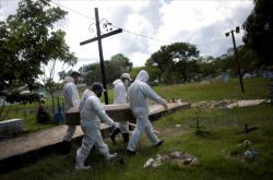 Pohřeb jedné z obětí koronaviru v Brazílii