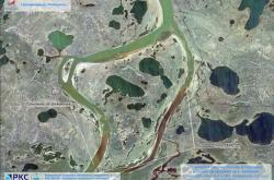Satelitní snímek ze 4. června ukazuje řeku Ambarnaja se zábranami instalovanými  po úniku ropného paliva