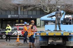 Bronzová socha britského kapitána Hamiltona zmizela z náměstí v centrálním Hamiltonu
