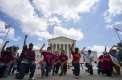 Demonstranti před budovou Kapitolu