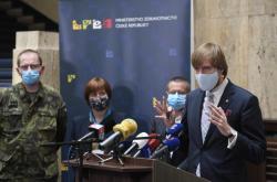 Jarmilu Rážovou (druhá zleva) byla do funkce hlavní hygieničky doporučená ministrem zdravotnictví Adamem Vojtěchem.