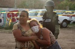 Příbuzní obětí před mexickou léčebnou